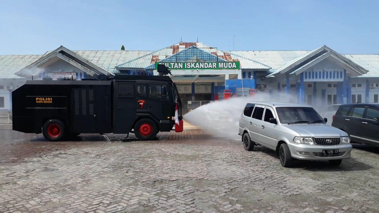 Brimob Nagan Raya Kembali Semprot Disinfektan di Area Publik