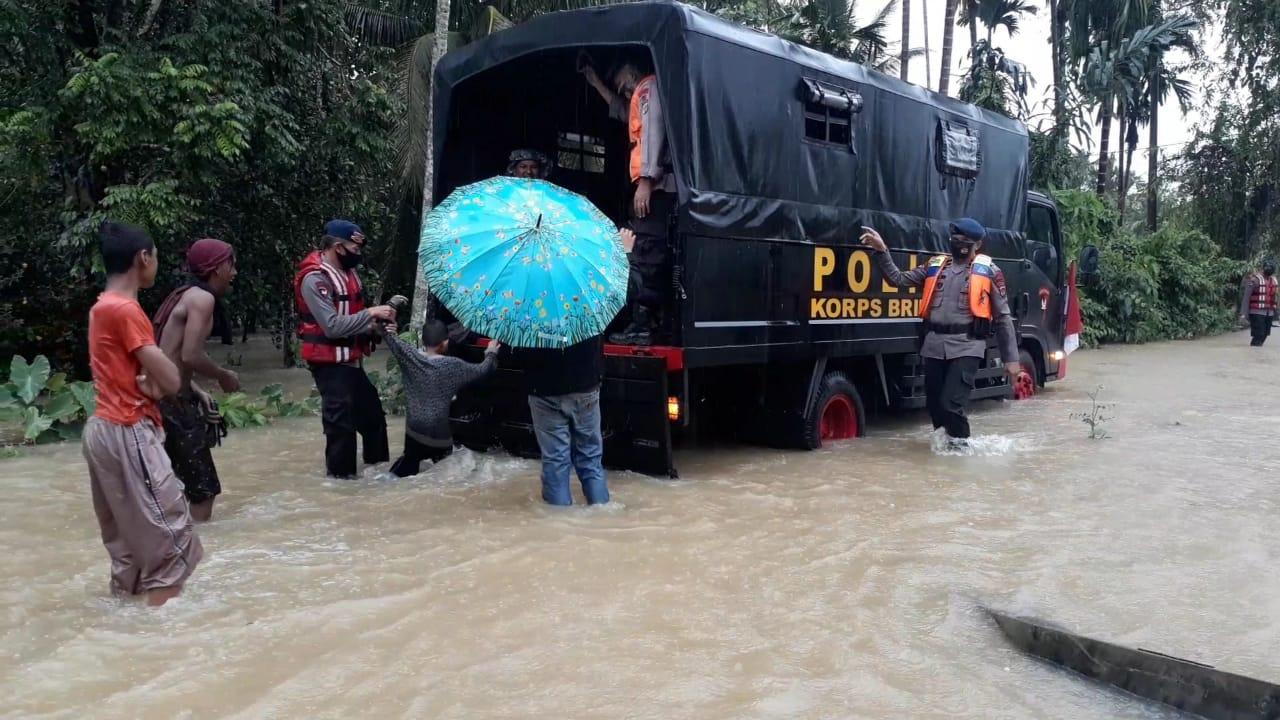 Tim SAR Brimob Nagan Raya Evakuasi Warga Nagan Raya dan Aceh Barat dari Banjir